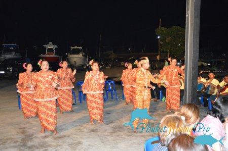 Соревнования по джигу в порту Чалонг среди местных